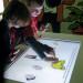 Suske en Wiske - Kindermuseum - Op de keukentafel wordt een spel over stripkarakters gespeeld.